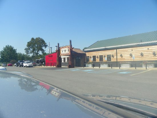 Silver Star Smokehouse: Plenty of parking spots.