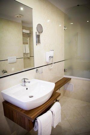 Hotel Ambasador: Bathroom