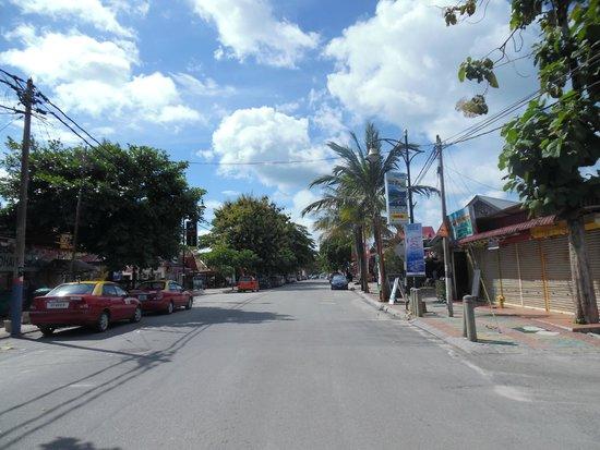 ميريتوس بيلانجي بيتش ريزورت آند سبا، لانجكاوي: Pantai Cenang main road outside the hotel