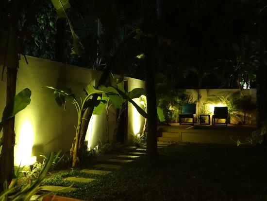 Marari Villas: Villa garden at night.