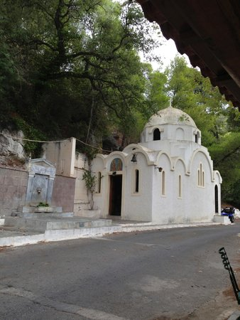 Melistakto Cafe: An adorable example of what is called a Pareklissi built by the rock.