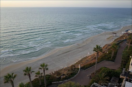 Seasons Netanya Hotel: View from room 805 along the beach to the North