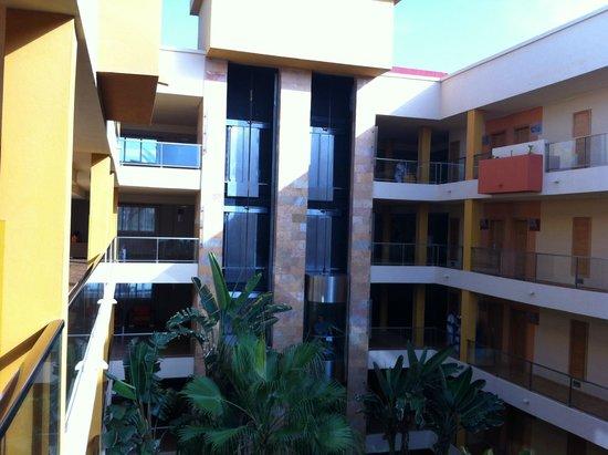 Elba Carlota Beach and Convention Resort: Коридор-атриум