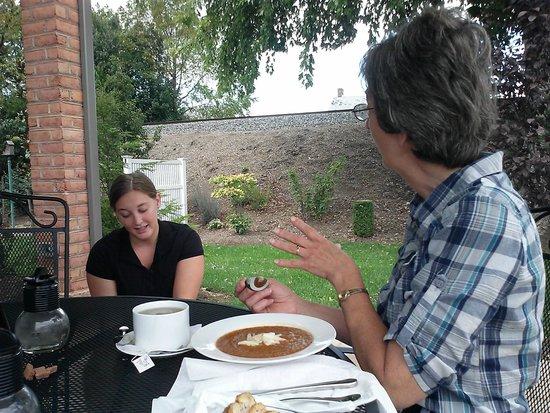 Highline Coffeehouse & Cafe: Wife, Barbara, and waitress admiring Golden Retriever, Fiona