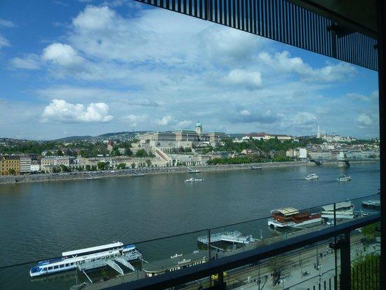 فندق بودابست ماريوت: view from 7th floor up the Danube