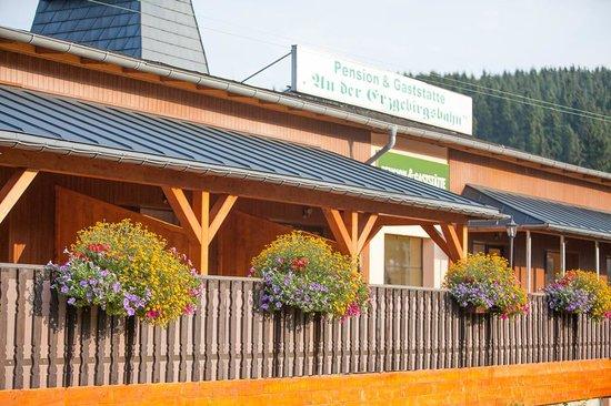Pension und Gaststaette An der Erzgebirgsbahn: große Terrasse zu unseren Zimmern