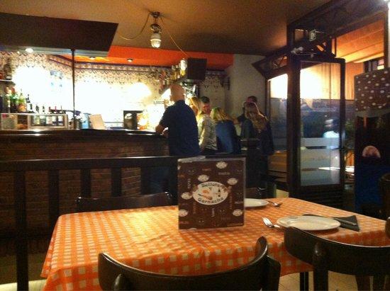 Bellota y Garnacha: Interior acogedor con fotos de la zona