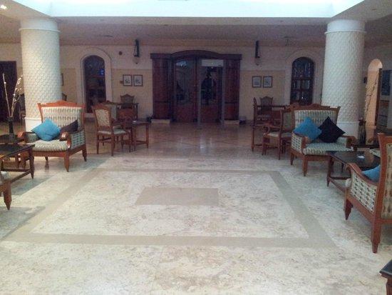 Solitaire Resort Marsa Alam: hall deserta con 40 gradi