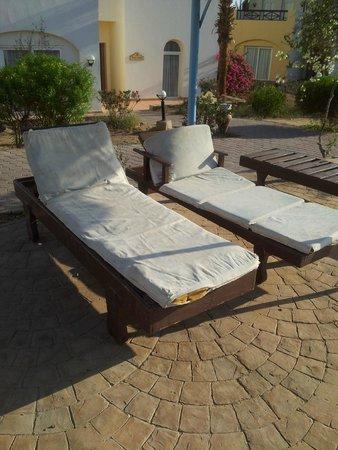 Solitaire Resort Marsa Alam: lettini vecchi