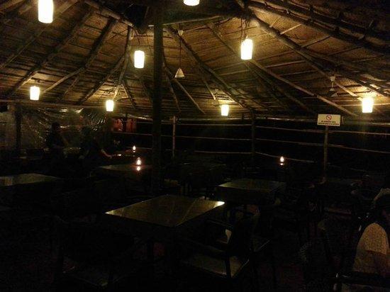 Chalston Beach Resort: The restaurant at night