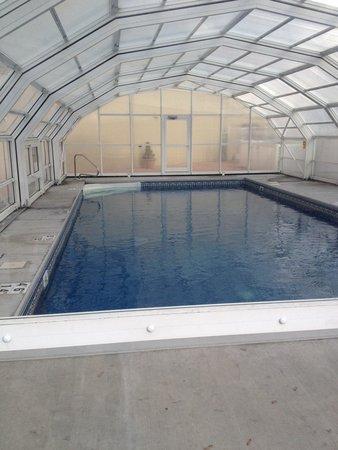 إديسون هوتل آند كونفرانس سنتر: Pool was closed and locked up