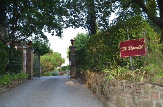 ألبيرجو إل روندو: Hotel driveway