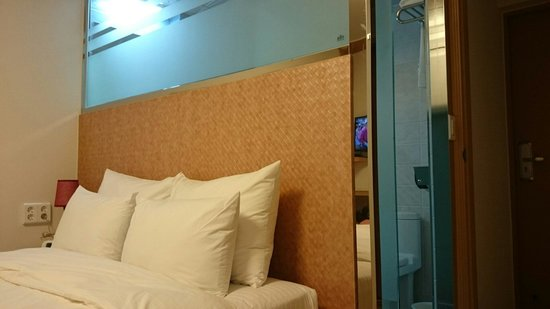 Uniqstay Hostel & Suite: Clean comfy beds .
