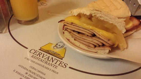 Cervantes: Lanche de lombo com queijo e abacaxi