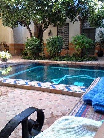 Riad Laila: Moment de détente au bord de la piscine
