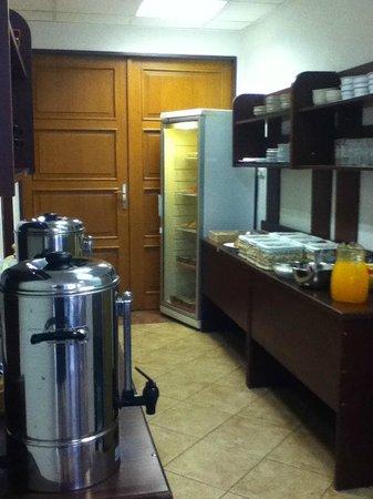 Hotel Prokopka: Food service area - frjdge, cereals, cold drinks