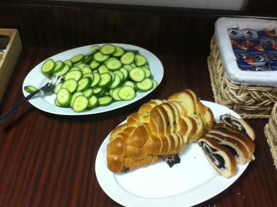 Hotel Prokopka: Breakfast - sliced cucumbers, poppy seed bread, cinnamon bread