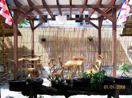 Tambilawan Kamayan Restaurant: wood chairs