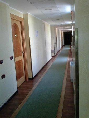 هوتل لا فونتي: Corridoio centrale accesso alle camere
