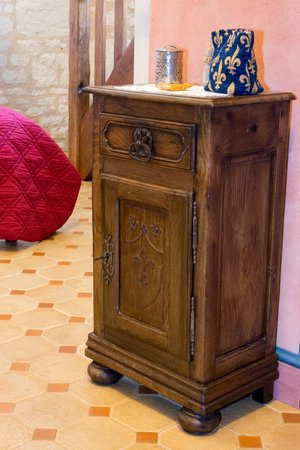 La Milaudiere: Furniture with the carved fleur-de-lys