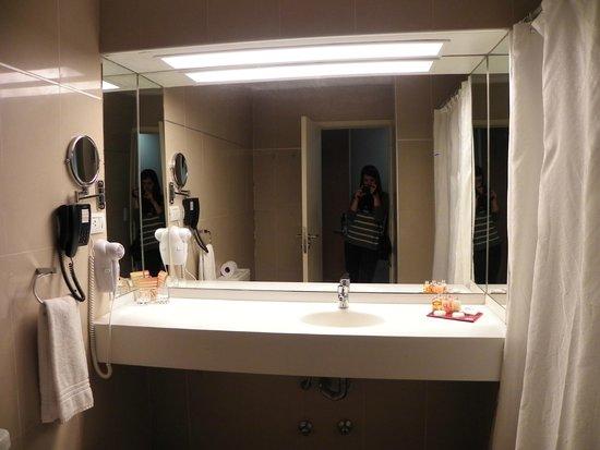 هوتل كوروم جولف تنس آند سبا: El espejo del baño