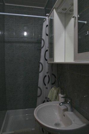 House Zupan : En-suite bathroom
