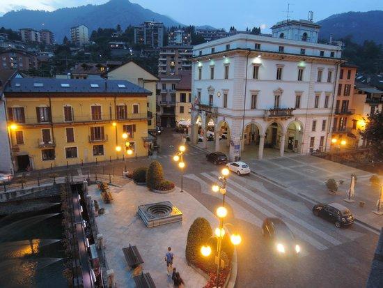 Hotel Ristorante Croce Bianca: La piazzetta dalla finestra