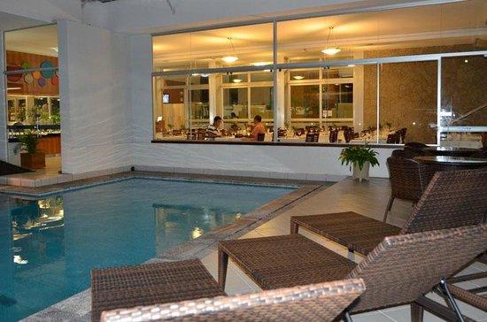 Arituba Park Hotel: Área da piscina, com vista para o restaurante.