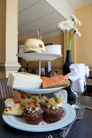 كوينز هوتل آند سبا: Afternoon Tea is very popular at the Queens Hotel in Bournemouth