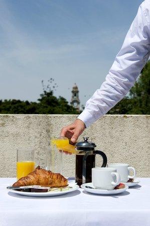 كوينز هوتل آند سبا: Fancy breakfast on the balcony? Just ask at reception!