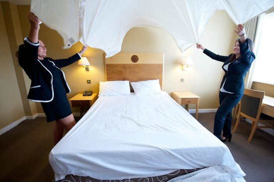 كوينز هوتل آند سبا: Getting the beds ready for our guests!