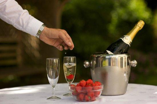 كوينز هوتل آند سبا: Garden Lounge serving Champagne to a couple celebrating their anniversary