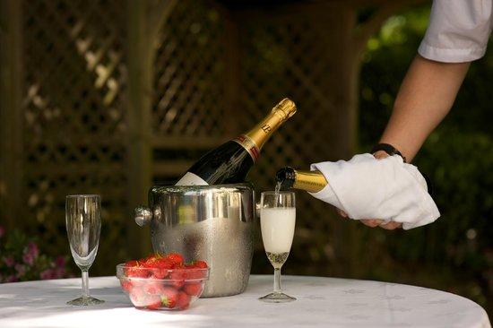 كوينز هوتل آند سبا: Champagne to celebrate - always plenty in the fridge!