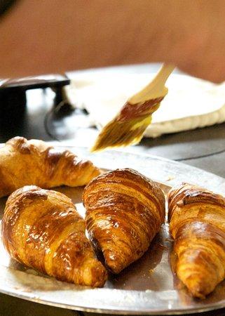 كوينز هوتل آند سبا: Delicious croissants being prepared for breakfast