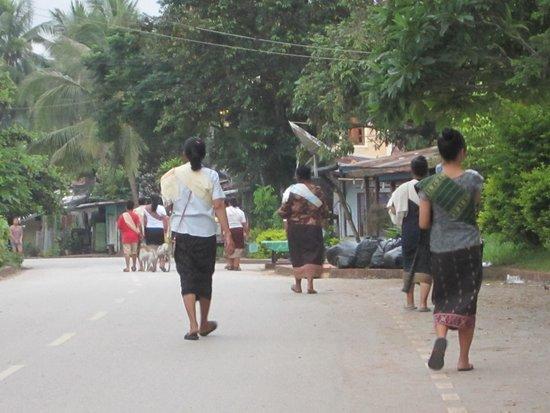 Alms Giving Ceremony: 托鉢を終えて家路へ帰る人々。 素敵な純粋さを感じる。