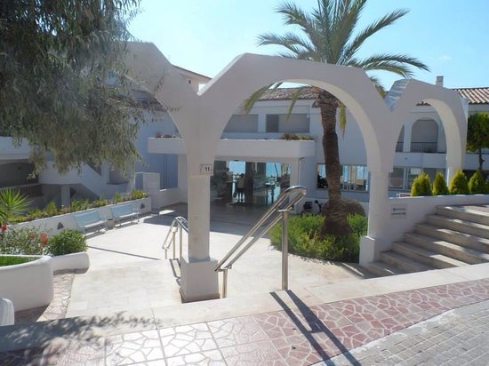 Sentido Punta Del Mar: The front of the hotel.