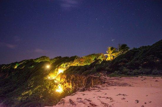 Hotel Ponta do Madeiro: Iluminação noturna do acesso à praia