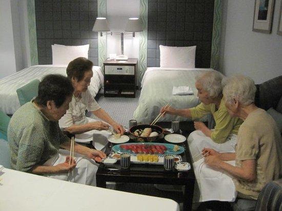 Okura Act City Hotel Hamamatsu: 部屋でなかなか出歩くことのできない4姉妹でお寿司の夕食 (#^.^#)