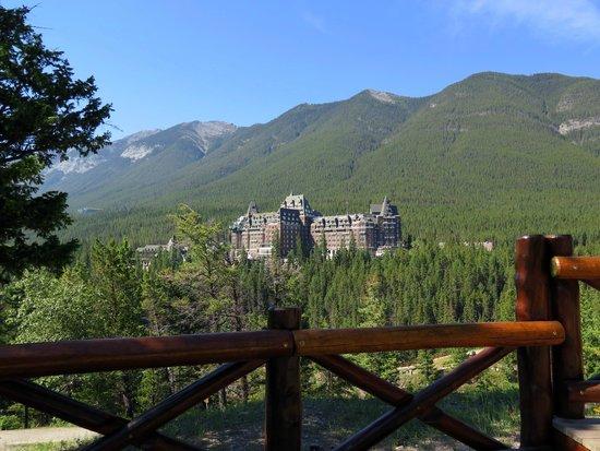 ذا فيرمونت بانف سبرنجز: View of the Fairmont Banff Springs from surprise corner
