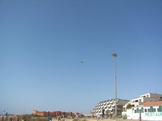Elba Carlota Beach and Convention Resort: Вид с пляжа  Калеты де Фусто на район, где располагаются 3 отеля: Elba Sara, Carlota, Sheraton
