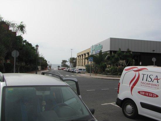 "Elba Carlota Beach and Convention Resort: ТЦ ""Атлантико"" сразу рядом с отелем"