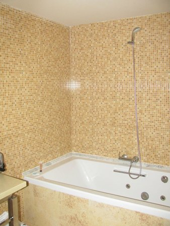 Elba Carlota Beach and Convention Resort: Джакузи в ванной комнате