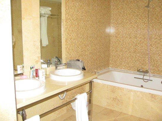 Elba Carlota Beach and Convention Resort: Ванная комната номера люкс