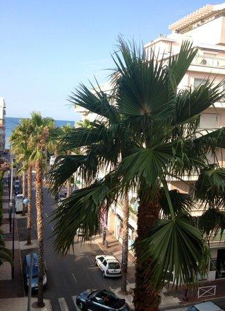 Residence Couleurs Soleil : Vue d'un balcon sur rue