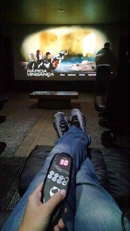 إيكو ريزورت سيرا إمبريال: Cinema com cadeira massageadora.