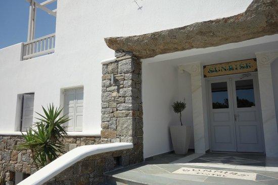 صن رايز هوتل: hotel entrance