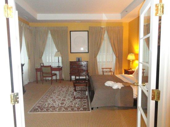 لوتل مونتريال: Spacious Bedroom as seen from the sitting room.