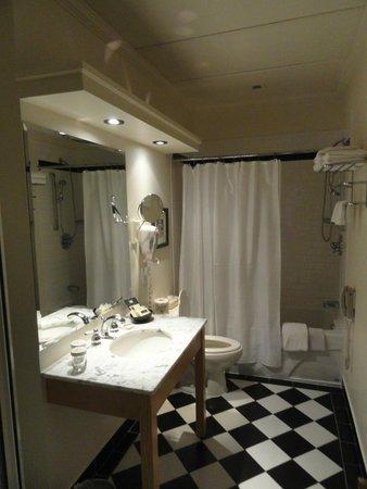 لوتل مونتريال: Bathroom had tub AND shower!