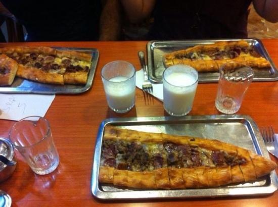 Simsek Karadeniz Pide Salonu: Pide with beef pieces and egg