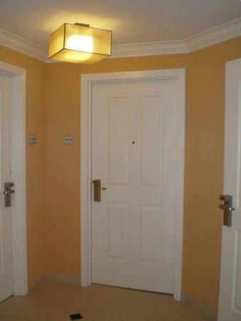 ذا سيجنيتشر آت إم جي إم جراند: Room Door